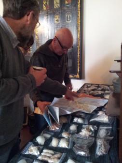 Schelpen bewonderen tijdens een bijeenkomst van de Schelpenwerkgroep Friesland