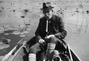 De eerste voorzitter van de NMV, de botanicus dr. J.Th. Henrard. Hier op excursie in het Naardermeer, 1944 (foto: J.G.J. Kuiper).