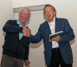 Edi Gittenberger ontvangt het eerste exemplaar van de nieuwe Veldgids Slakken en Mossels.